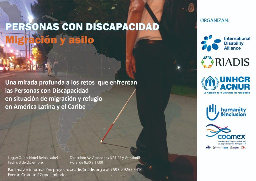 En la fotografía se encuentra una persona con discapacidad visual con una mochila caminando por una calle de Quito.