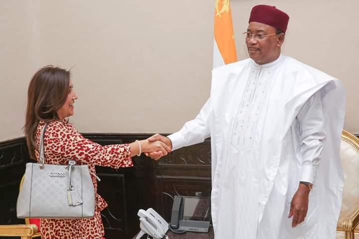 En la fotos se encuentra Ana  Lucia Arellano, Presidenta de IDA y RIADIS, estrechando su mano con Issoufou Mahamadou,  Presidente de Nigeria