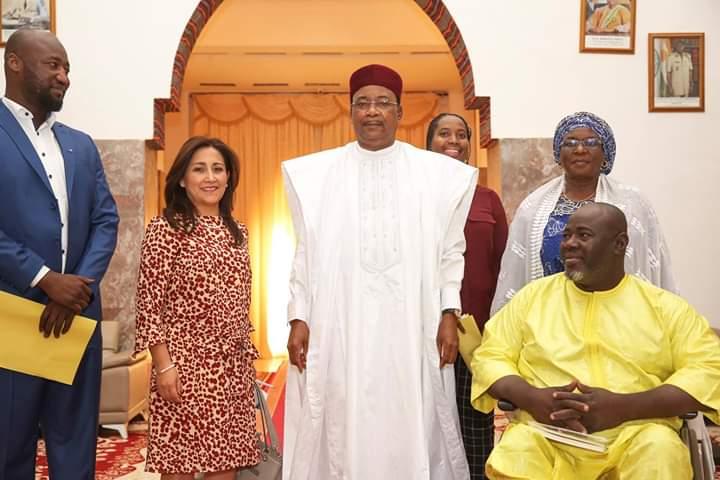 En la fotos se encuentra Ana  Lucia Arellano, Presidenta de IDA y RIADIS, Alzouma Maïga Idriss, Presidente del Foro Africano de la  Discapacidad (ADF), Issoufou Mahamadou,  Presidente de Nigeria y otros miembros de la delegación