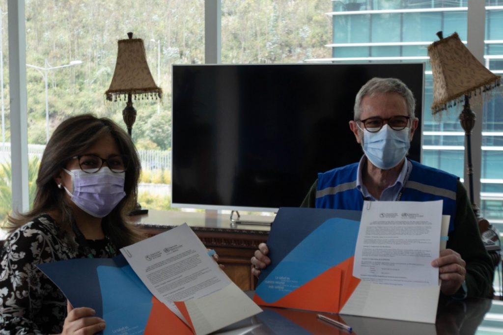 Fotografía de Ana Lucia Arellano, presidenta de la RIADIS y Adrián Díaz, Representante Interino de la OPS en Ecuador, mostrando la cara acuerdo suscrita.