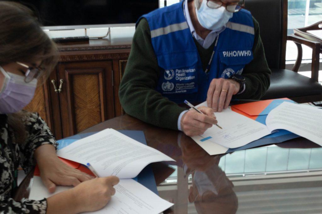 Fotografía de Ana Lucia Arellano, presidenta de la RIADIS y Adrián Díaz, Representante Interino de la OPS en Ecuador, suscribiendo la Carta Acuerdo