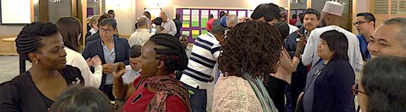 Foto de participantes conversando en un entrenamiento Bridge