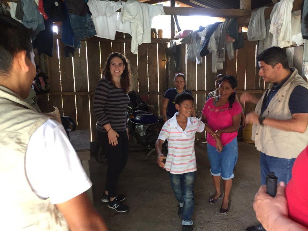 En la Fotografía Lara Dominguez de MRG y miembros de ADA Ecuador, en su visita a una comunidad de Lago Agrio.