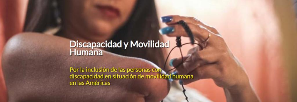 Imagen de una mujer con discapacidad sin parte de su miembro superior derechos, esta tejiendo una manilla o pulsera de hilo. y texto que dice: Discapacidad y Movilidad Humana Por la inclusión de las personas con discapacidad en situación de movilidad humana en las Américas